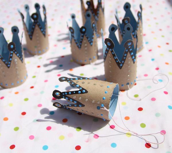 Corona-de-cumpleaños-con-rollos-de-papel-higiénico
