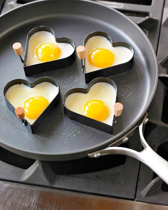 Huevos-fritos-con-forma-de-corazon