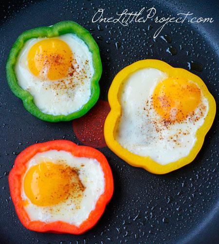 Huevos-fritos-con-formas-de-pimientos
