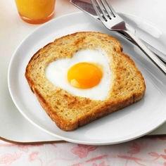 Tostada-decorada-con-huevo-frito-con-forma-de-corazon