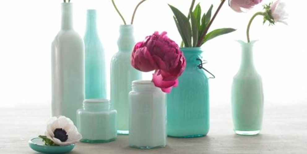 Truco pinta botellas como jarrones papelisimo - Como pintar botellas de plastico ...