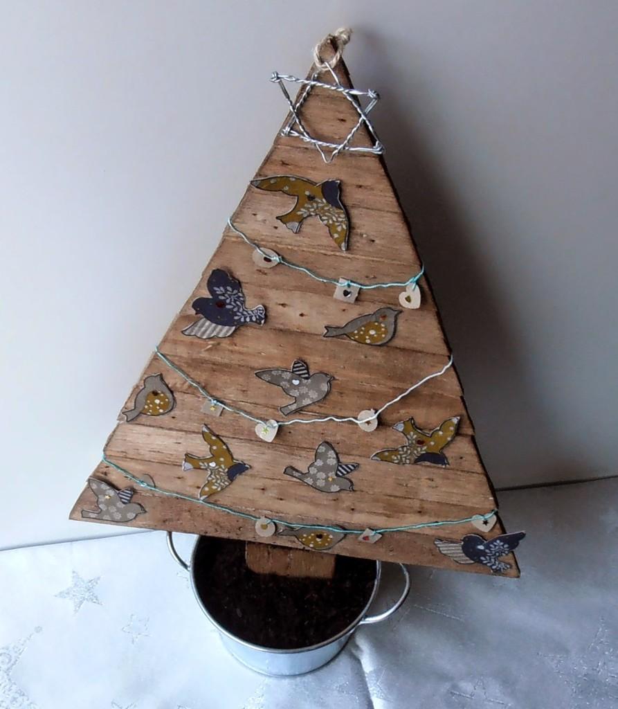 arbol de navidad con caja de fruta