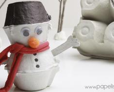 manualidades-reciclaje-navidad-muneco-de-nieve-con-vasos-caja-de-huevos