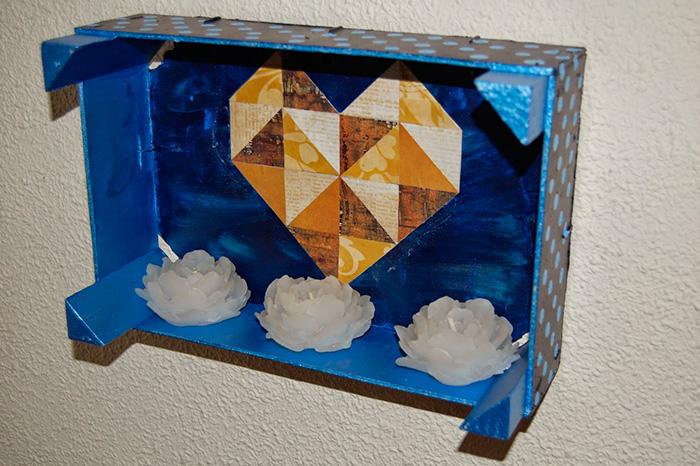Estanteria hecha con caja de fruta y decorada con corazon