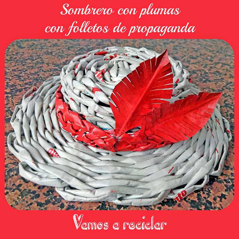 Sombrero-plumas-cesteria-papel-folletos-papel-periodico