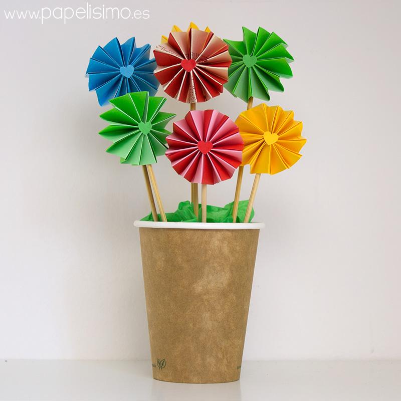 Maceta-en-vaso-de-carton-con-flores-acordeon-de-papel
