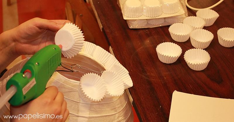C mo hacer l mpara de papel con cupcakes papelisimo - Como decorar tulipas de lamparas ...